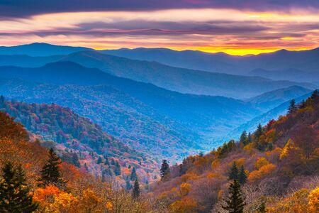 Smoky Mountains National Park, Tennessee, USA Jesienny krajobraz o świcie.