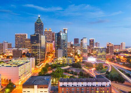 Atlanta, Georgia, USA im Stadtzentrum gelegenes Stadtbild von oben in der Dämmerung.