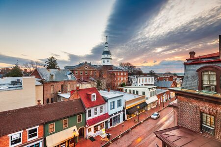 Annapolis, Maryland, USA Blick auf die Innenstadt über die Main Street mit dem State House im Morgengrauen.