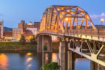 Charleston, West Virginia, USA downtown skyline on the river at dusk. Banco de Imagens