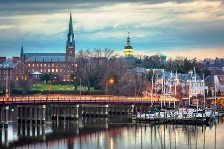 Annapolis, Maryland, EE.UU. State House y la iglesia de Santa María vistas sobre el puerto de Annapolis y el puente Eastport.