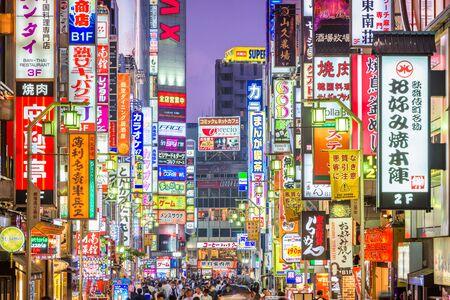 TOKYO, JAPAN - 7. MAI 2017: Menschenmassen passieren Kabukicho im Stadtteil Shinjuku. Die Gegend ist ein Unterhaltungs- und Rotlichtviertel.