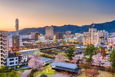 Kofu, Yamanashi, Japan im Stadtzentrum gelegenes Stadtbild im Frühling in der Abenddämmerung.