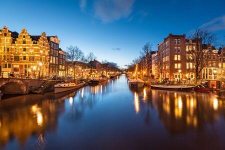Amsterdam, Pays-Bas ponts et canaux au crépuscule.
