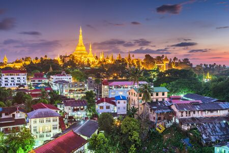 Yangon, Myanmar view of Shwedagon Pagoda at dusk. Stok Fotoğraf
