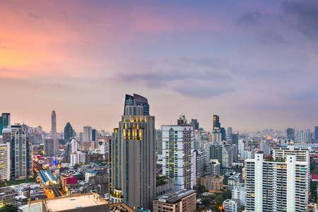 Bangkok, Thailand downtown cityscape from the Sukhumvit District at dusk. Stok Fotoğraf