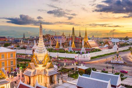 Bangkok, Thailand at the Temple of the Emerald Buddha and Grand Palace at dusk. Archivio Fotografico