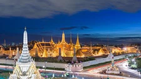 Bangkok, Thailand at the Temple of the Emerald Buddha and Grand Palace at dusk. Stok Fotoğraf