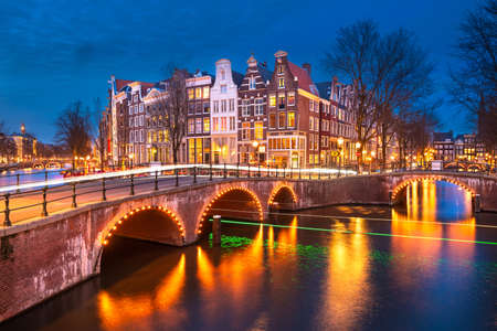 Amsterdam, Netherlands bridges and canals at twilight. Banque d'images