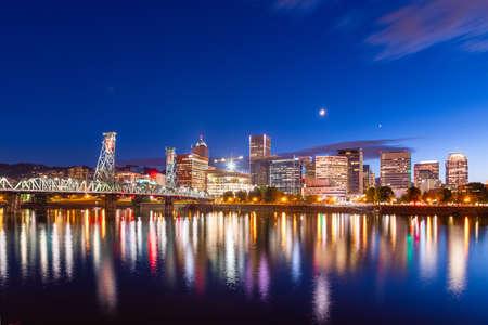 Portland, Oregon, USA skyline at dusk on the Willamette River. Stok Fotoğraf