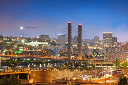 Tacoma, Washington, USA cityscape with East 21st Street Bridge at night. Stok Fotoğraf