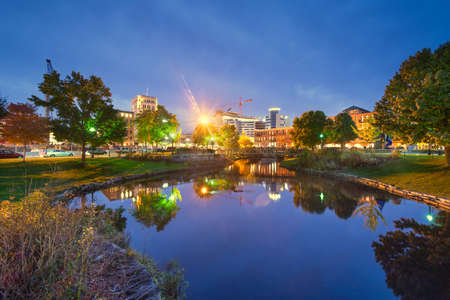 Kalamazoo, Michigan, USA downtown cityscape  and park at dusk. 免版税图像