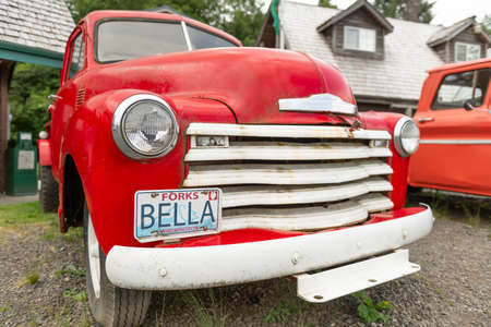 FORKS, WASHINGTON - JUNE 27, 2018: Red pick up trucks from the Twilight series. The town was the setting for the films. 新聞圖片