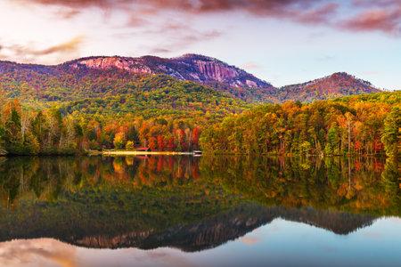Table Rock Mountain, Pickens, South Carolina, USA lake view in autumn at dusk. 版權商用圖片