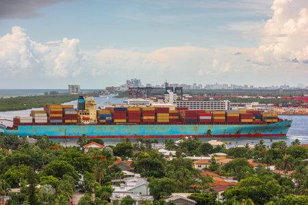 A cargo ship passes through the rivers of Ft. Lauderdale, Florida, USA. 版權商用圖片
