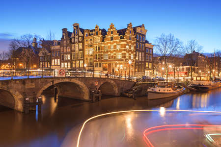 Amsterdam, Netherlands bridges and canals at twilight. 新聞圖片