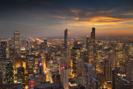 Chicago, Illinois, USA aerial cityscape with financial district buildings at dusk. 新聞圖片