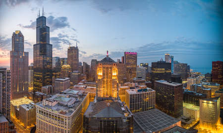 Chicago, Illinois, USA aerial downtown skyline at dusk. Banque d'images