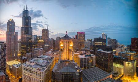 Chicago, Illinois, USA aerial downtown skyline at dusk. Stockfoto