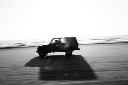 panning shot: Auto in esecuzione sulla spiaggia