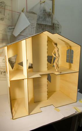 puppenhaus: Blick auf ein Puppenhaus in Holzplatten gebaut