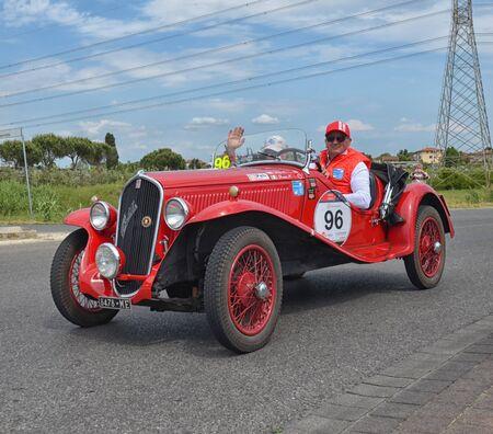 competitividad: Cenaia, ITALIA - 17 de mayo: Coche cl�sico de carreras de la carrera Mille Miglia 17 de de mayo de, 2014 en Cenaia, Italia. Editorial