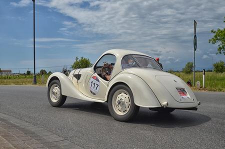 competitividad: Cenaia, ITALIA - 17 de mayo: Vintage coche de carreras de la carrera Mille Miglia 17 de de mayo de, 2014 en Cenaia, Italia. Editorial
