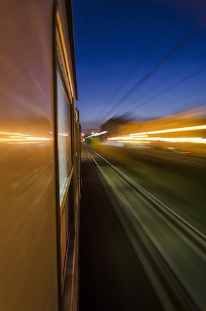 treno espresso: Le luci della città dalla finestra treno espresso