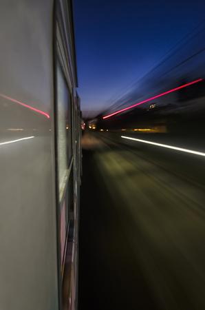 treno espresso: Segnali luminosi dalla finestra treno espresso Archivio Fotografico
