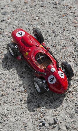 competitividad: Vista del modelo de un coche rojo monoplaza