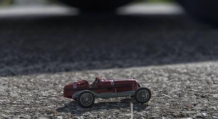 competitividad: Modelo de juguete de un coche monoplaza de edad Foto de archivo