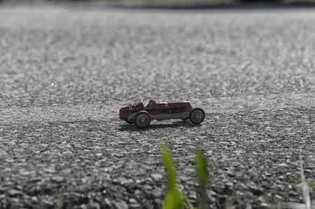 competitividad: Modelo de juguete de un coche cl�sico monoplaza Foto de archivo