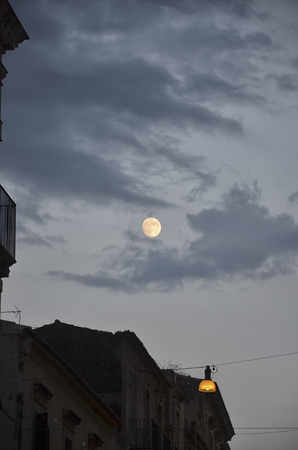 scenical: The moon in the sky of Noto