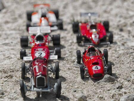 competitividad: maquetas de juguete de unos coches viejos