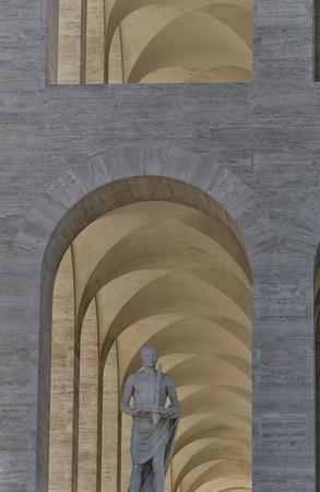 escultura romana: Escultura de romano en el frente de un edificio famoso en Roma