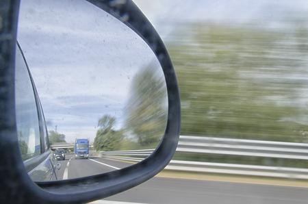 retrovisor: Traffic on the highway in the rearview mirror Foto de archivo
