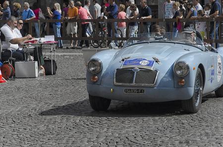 competitividad: Ferrara, Italia, 20 de septiembre de, 2015: Coche de la vendimia en el inicio del Gran Premio Nuvolari.