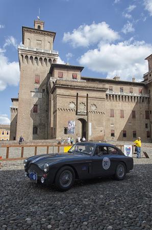competitividad: Ferrara, Italia - 20 septiembre 2015: El coche clásico en el inicio del Gran Premio Nuvolari. Editorial