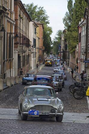 competitividad: Ferrara, Italia - 20 septiembre, 2015: Autos de lujo en una fila en el Gran Premio Nuvolari.