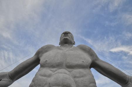 escultura gigante en el Teatro de silencio