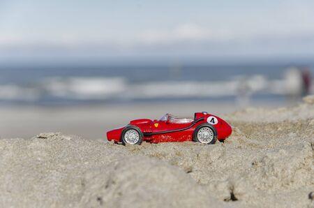 competitividad: Vista del modelo de un coche clásico en la playa