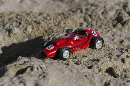 competitividad: Vista del modelo de un coche en la playa