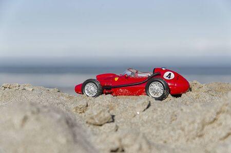 competitividad: Vista del modelo de un coche viejo en la playa Foto de archivo