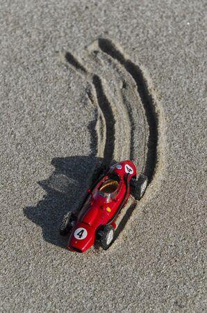 competitividad: Vista del modelo de un coche viejo clásico en la playa