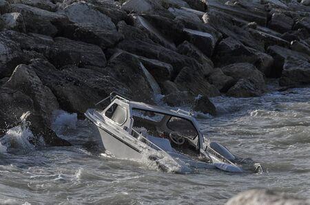 Affondamento barca di fronte al porto di Rimini