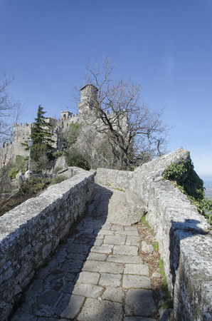 Gezicht op sprookjesachtige kasteel van San Marino