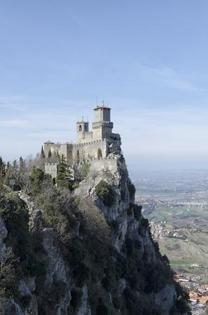 paysage à couper le souffle et vue sur le château de Saint-Marin Éditoriale