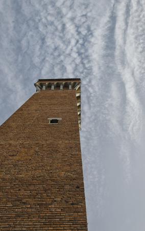 torre: View from below of Torre Guelfa in Pisa
