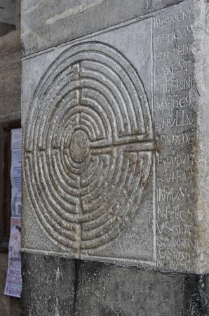 Vista di misterioso labirinto intagliato in pietra Archivio Fotografico - 80453268