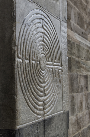 Vista del labirinto nebbioso inciso su marmo Archivio Fotografico - 79801718